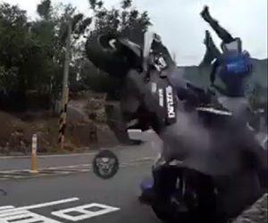 バイクがコーナーで滑り正面衝突