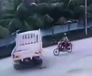 トラックにバイクが突っ込む