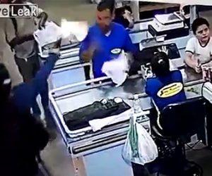 レジで商品を詰める店員が銃で撃たれる