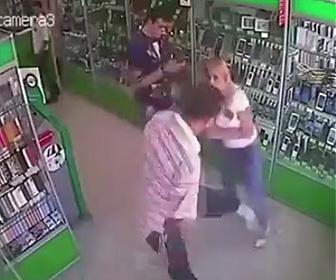 女性に暴行する男