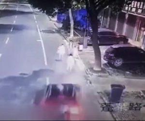 飲酒運転の車が歩行者をはね飛ばす