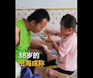 6歳少女が麻痺した父の世話をする