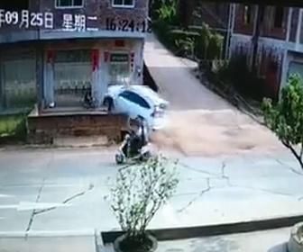 小型車が倉庫入口に突っ込む