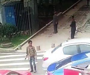 バック走行する車酔っぱらいを轢く