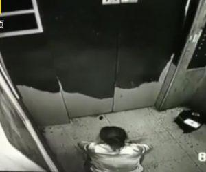 エレベーター内で女性が小便をする
