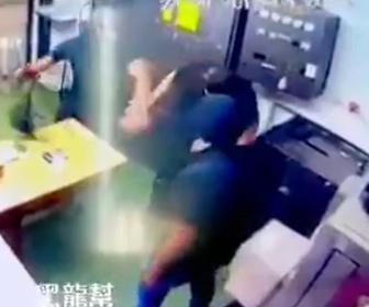 武装強盗に殴られる男性