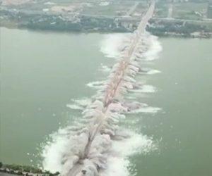 巨大な橋を爆破解体