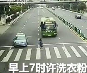 バスに轢かれてしまう女性