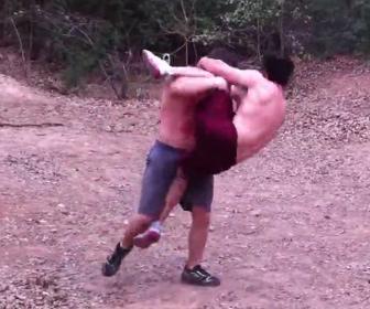 マッチョ男性の喧嘩