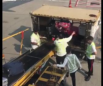 スーツケースの扱い方が雑すぎる