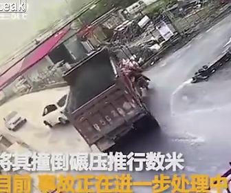 大型トラックがスクーターを轢いてします