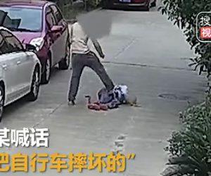 おじいさんに暴行する男