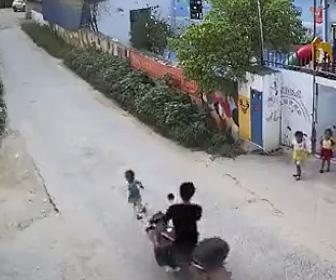 男の子がバイクに轢かれる
