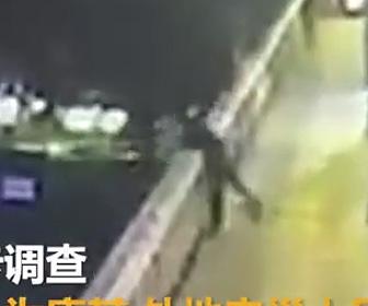 女性を川に投げ落とす男