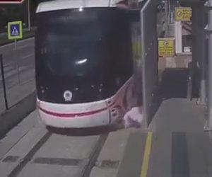 路面電車に轢かれる