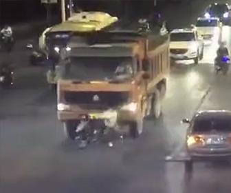 ダンプカーがスクーターを轢いてします
