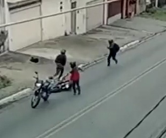 強盗に襲われた警察官が反撃