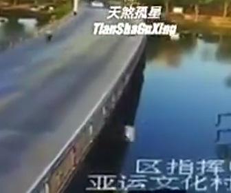 川に飛び込み溺れる男性