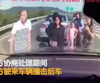高速道路で車から出た家族が…