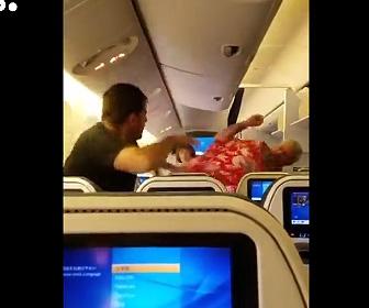 飛行中の機内で喧嘩