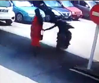 バイク男が女性からバッグをひったくる