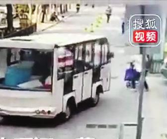 バスにベビーカーが轢かれる