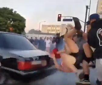 ドリフトする車に女性がはね飛ばされる
