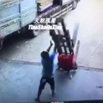 【動画】手動フォークリフト(ハンドリフト)が段差で倒れ作業員が顔を潰されてしまう