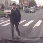 【動画】ロードレイジで車から降り向かってくる相手に催涙スプレーを浴びせる