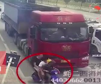 大型トラックにスクーターが轢かれる
