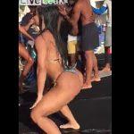 【動画】水着美女のセクシーダンスに興奮し倒れてしまう男性