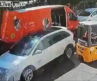 バンのドアを吹き飛ばして走り去る車