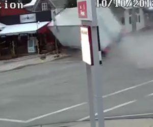 トラックが店に突っ込む