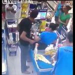 【動画】武装強盗がナイフでレジの女性店員を脅すが、後ろの男性が銃を取り出す
