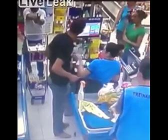 武装強盗が銃を出され降参