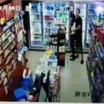 【動画】男が人質の女性を盾にするが警察官が構わず発砲。男は頭を撃ち抜かれ倒れる