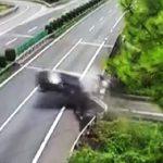【動画】猛スピードのSUV車がガードレールに激突し車から人が放り出され陸橋から落下してしまう