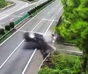 ガードレールに激突し陸橋から人が落下