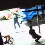 【動画】ダンプカーの前に子供が飛び出し、子供を抱っこした男性が助けようとするが…【恐ろしい事故】