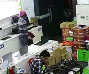 泥棒がパソコンを堂々と盗む