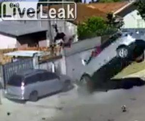横転した車から人が放り出される