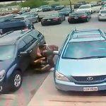 【動画】駐車スペースを割り込んだ女性ドライバー。割り込まれた車からムキムキの男が現れ…