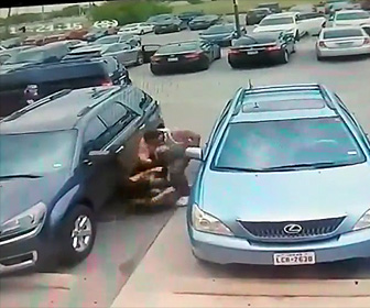 駐車スペースをめぐり殴り合いになる
