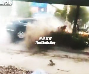 猛スピードの車が労働者達に突っ込む