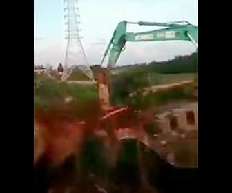 古い橋をショベルカーで解体するが…