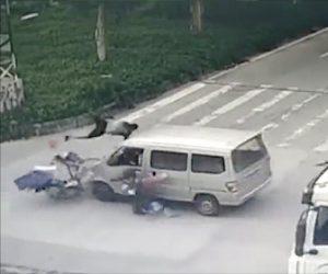 信号無視した自転車が交差点ではね飛ばされる