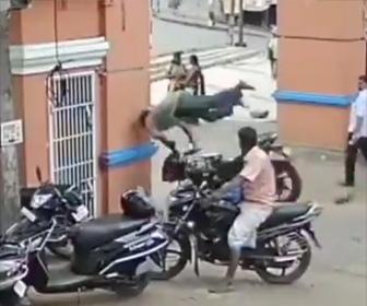 バイクが壁に激突