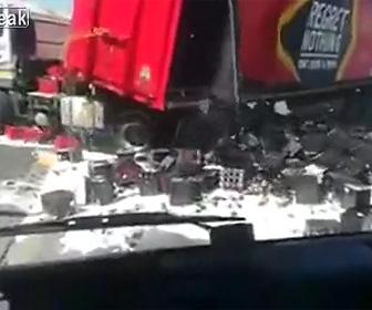 トラックから積み荷のビールが落下