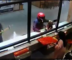 武装強盗が宝石店を襲う