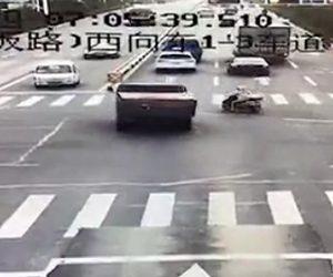 トラックにスクーターが轢かれる